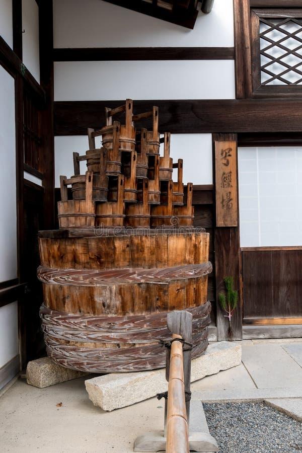 Cubetas e bacia de madeira no templo de Kyoto imagem de stock