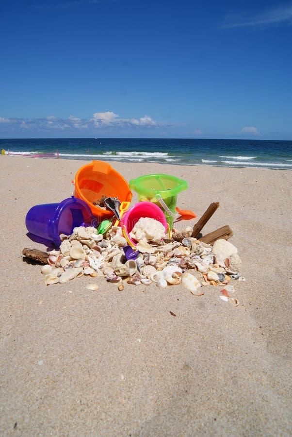 Cubetas e shell da areia na praia do Fort Lauderdale fotografia de stock