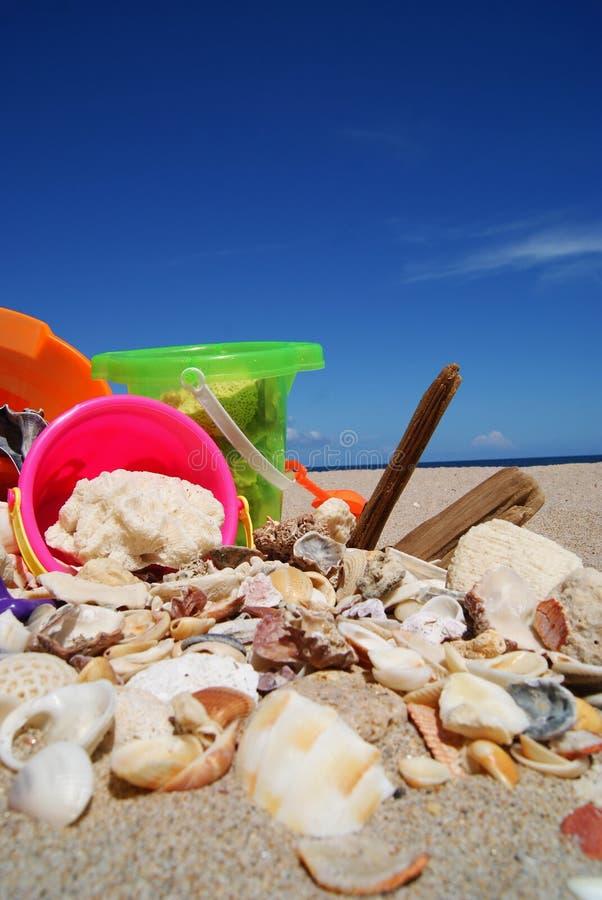 Cubetas e shell da areia na praia do Fort Lauderdale foto de stock
