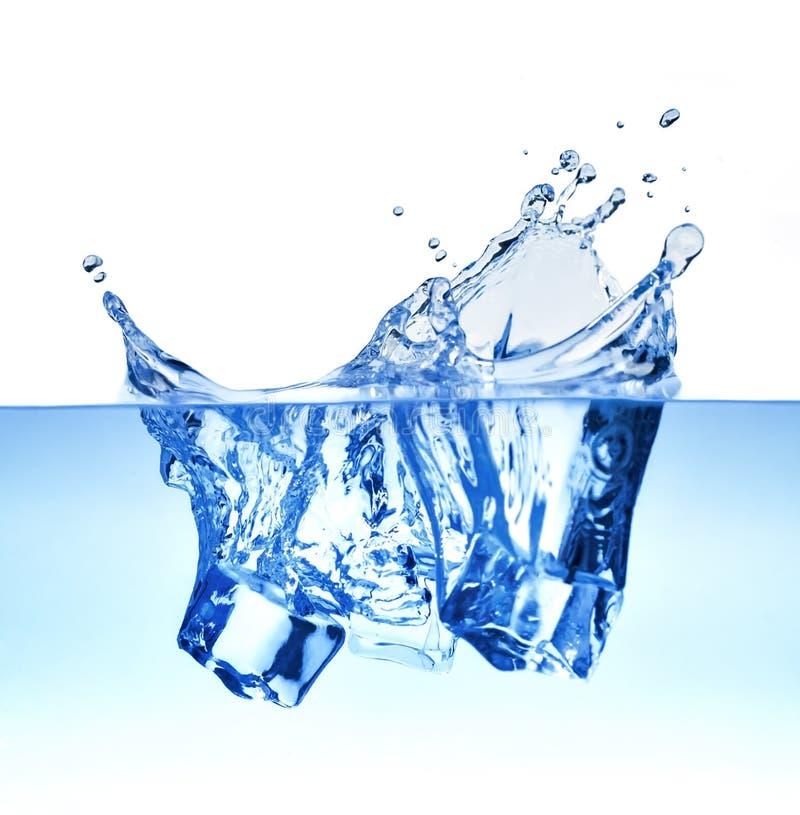 Cubetti di ghiaccio che spruzzano acqua fotografie stock libere da diritti