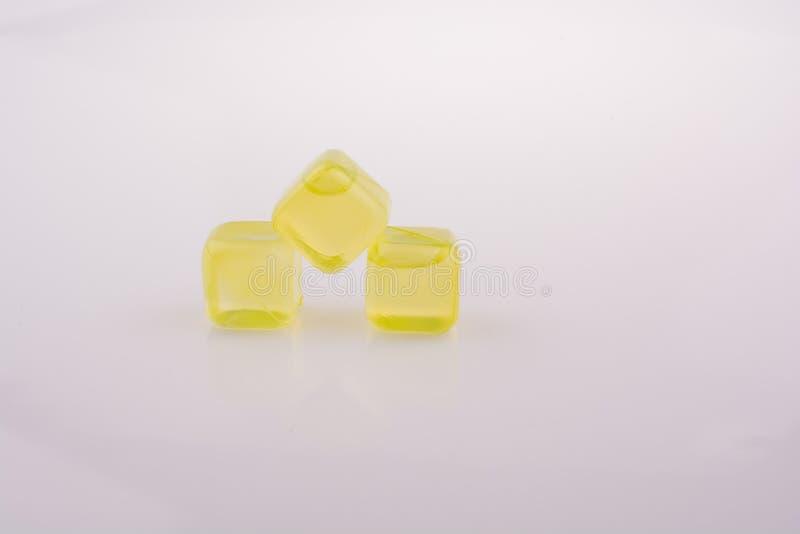 Cubetti di ghiaccio gialli falsi di colore illustrazione di stock