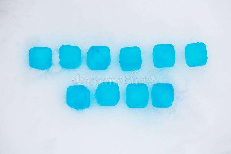 Cubetti di ghiaccio nella neve, vendita di inverno immagini stock