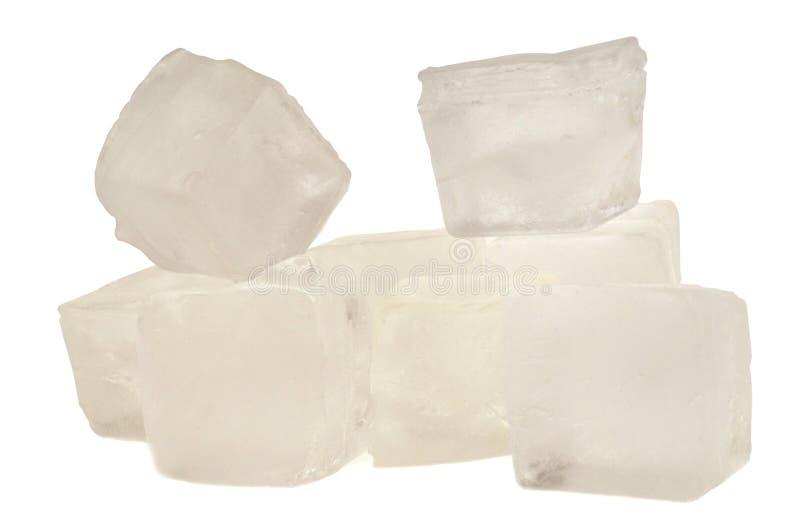 Cubetti di ghiaccio in primo piano su fondo bianco immagine stock libera da diritti