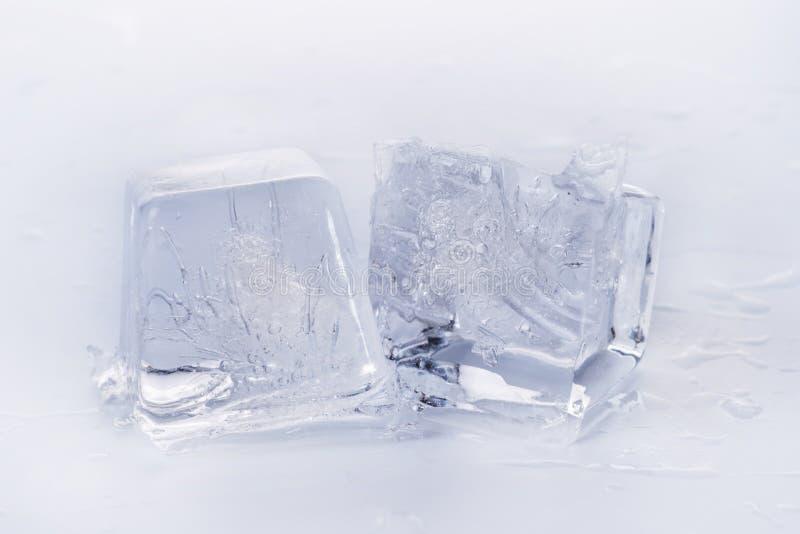 Cubetti di ghiaccio su superficie bagnata immagine stock libera da diritti