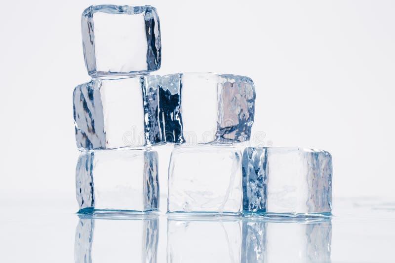 Cubetti di ghiaccio sulla tavola immagine stock libera da diritti