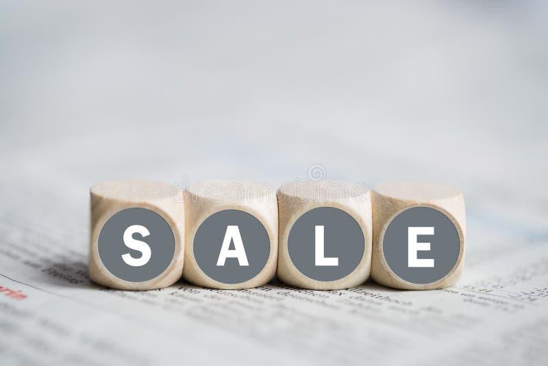Cubi che formano la vendita di parola fotografie stock
