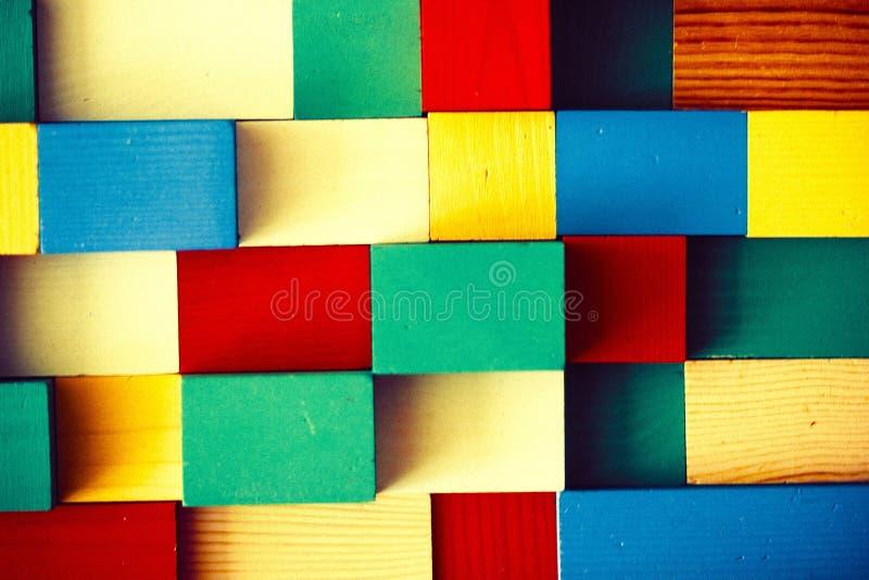 Cubi colorati di legno del giocattolo dei bambini fotografia stock libera da diritti