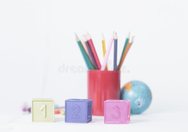 Cubi con i numeri sul fondo vago dei rifornimenti di scuola immagini stock libere da diritti