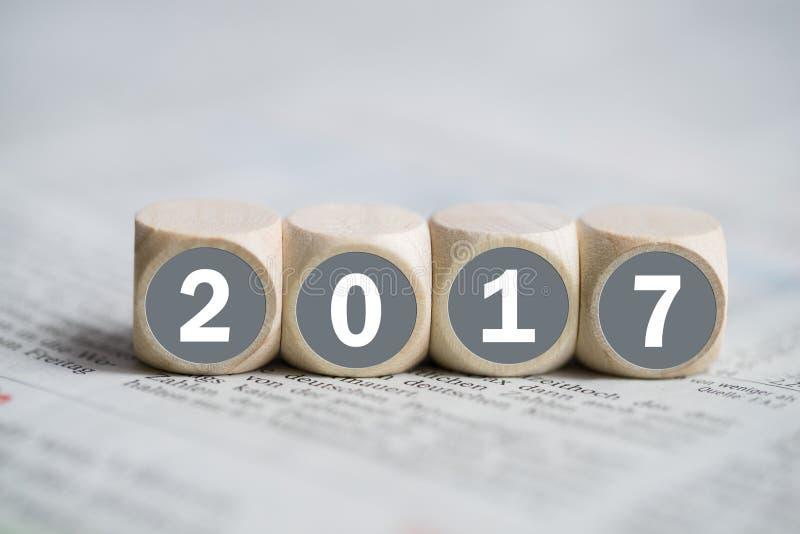 Cubi con il ` 2017 del ` su su un giornale fotografia stock