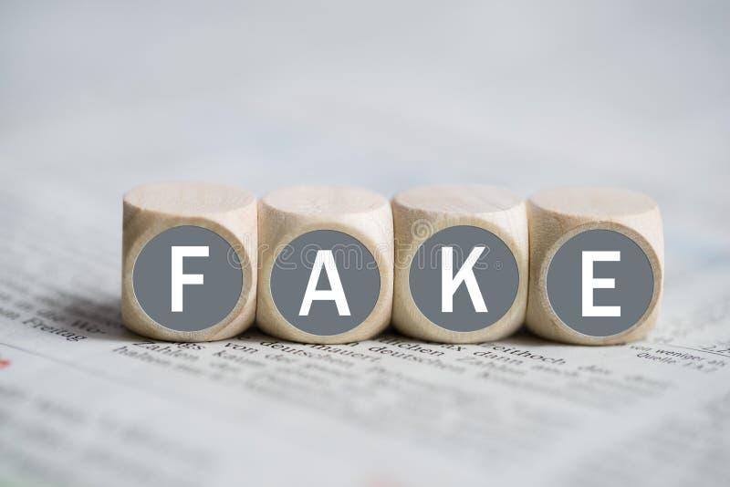 Cubi con il ` di FALSIFICAZIONE del ` di parola fotografia stock libera da diritti