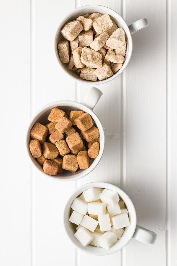 Cubi dello zucchero bianco e marrone fotografie stock