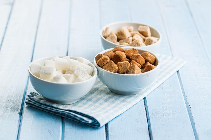 Cubi dello zucchero bianco e marrone immagine stock libera da diritti