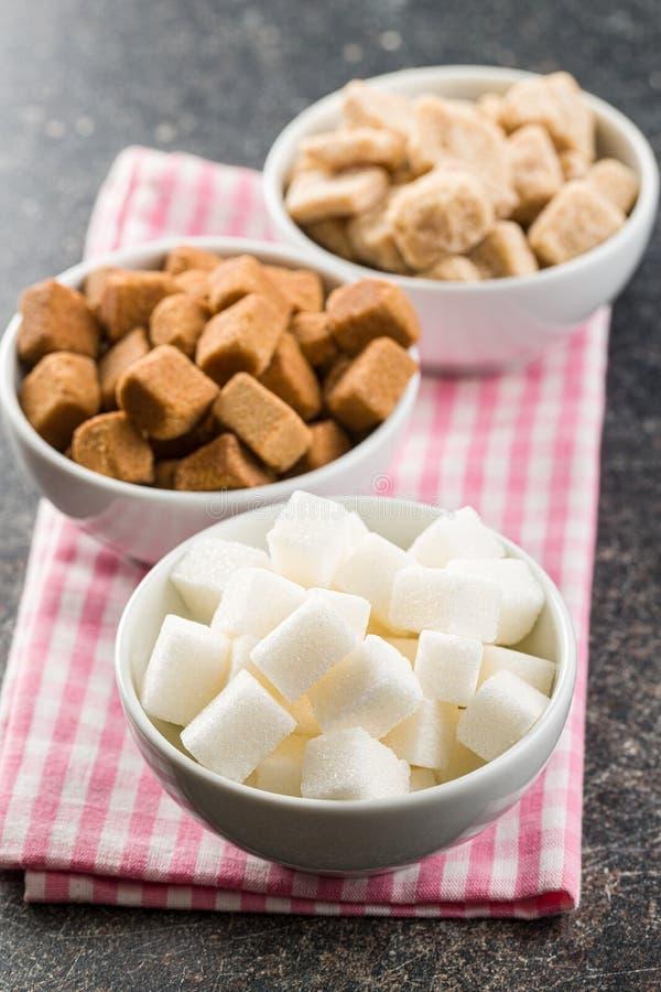 Cubi dello zucchero bianco e marrone immagine stock