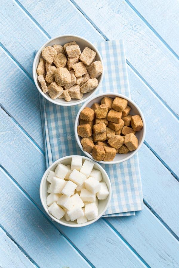 Cubi dello zucchero bianco e marrone fotografia stock libera da diritti