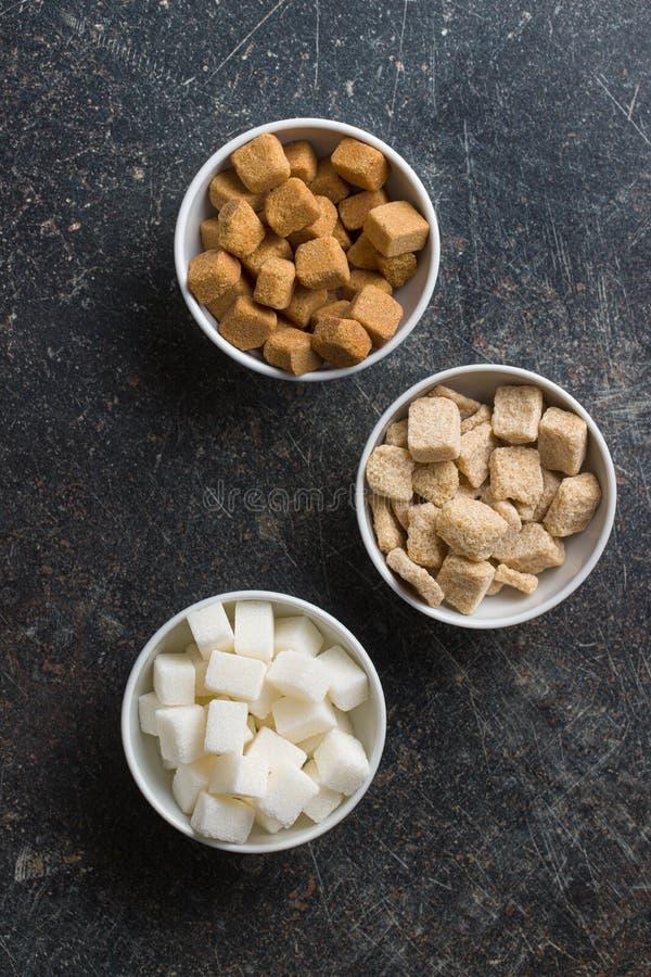 Cubi dello zucchero bianco e marrone fotografie stock libere da diritti