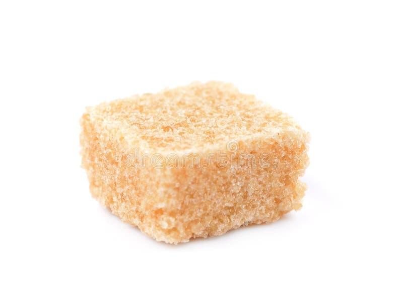 Cubi dello zucchero di canna di Brown isolati su fondo bianco fotografia stock libera da diritti