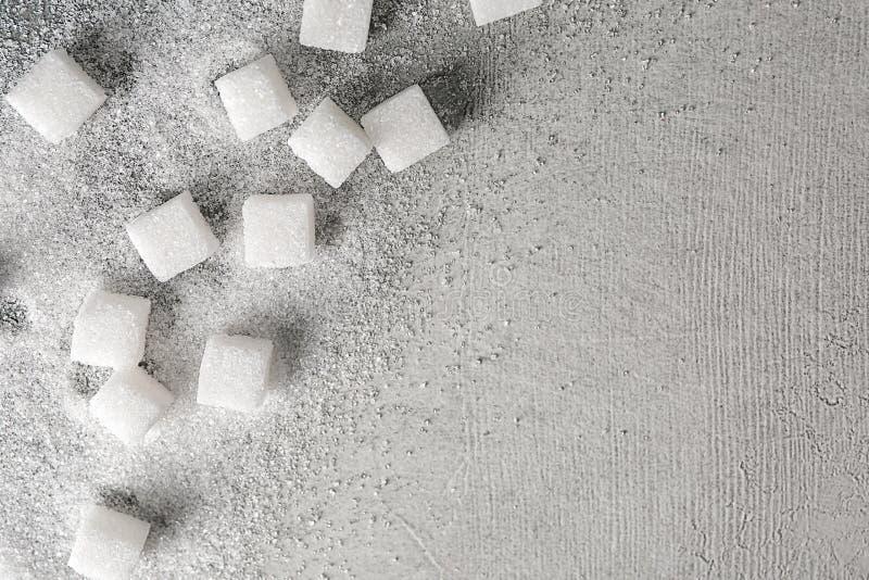 Cubi dello zucchero sulla tavola leggera fotografia stock libera da diritti