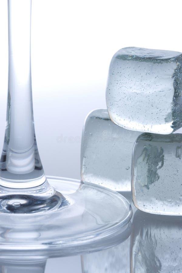 Download Cubi di ghiaccio fotografia stock. Immagine di martini - 3132758