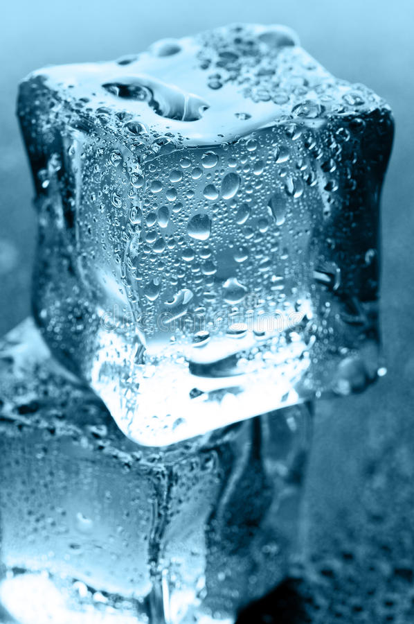 Cubi di ghiaccio bagnati immagini stock