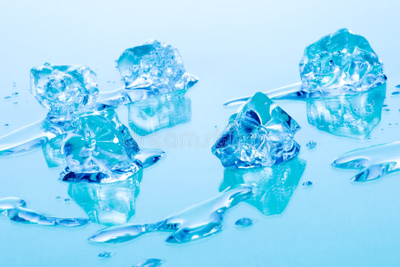 Cubi di ghiaccio blu fotografie stock