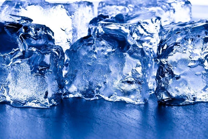 Cubi di ghiaccio del primo piano immagini stock