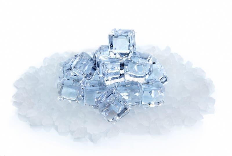 Cubi di ghiaccio isolati su una priorità bassa bianca immagini stock