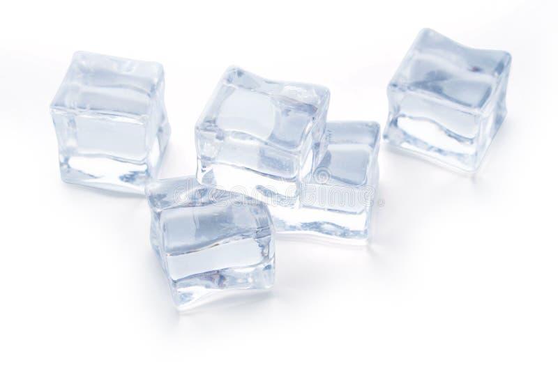 Cubi di ghiaccio su bianco fotografie stock libere da diritti