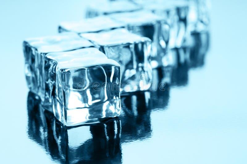 Cubi di ghiaccio sul nero fotografie stock libere da diritti