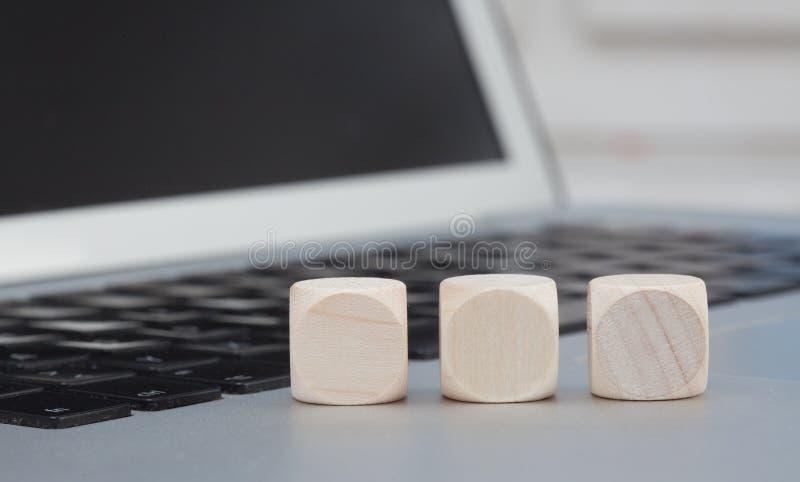 Cubi di legno vuoti sul computer portatile fotografia stock libera da diritti