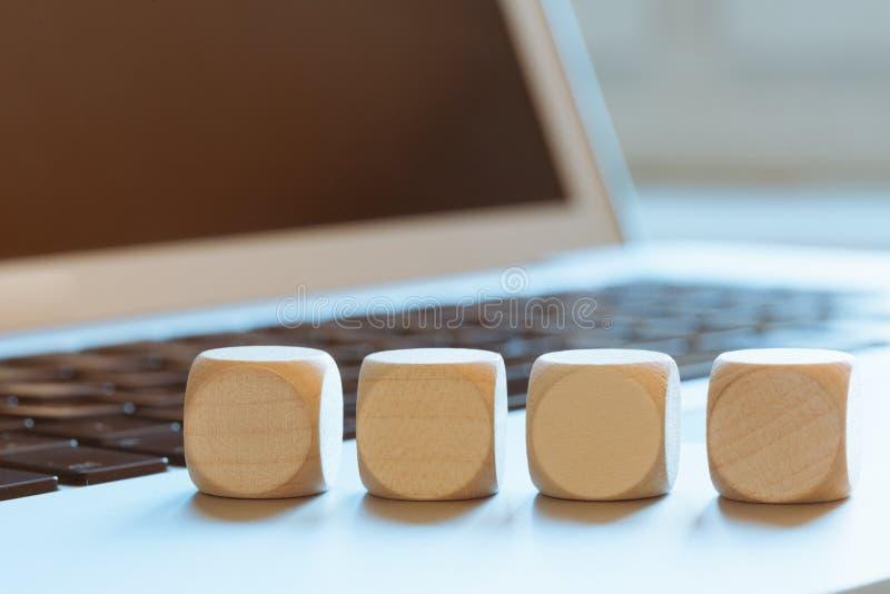 Cubi di legno vuoti sul computer portatile immagini stock