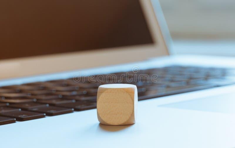 Cubi di legno vuoti sul computer portatile fotografia stock