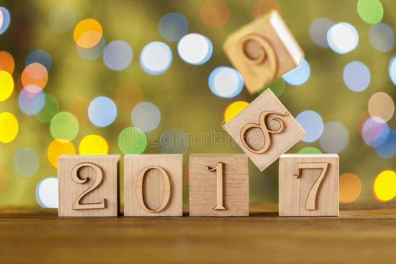 Cubi di Natale Nuovo anno felice Nuovo 2018 Priorità bassa verde vaga Le luci tremule garlands immagine stock libera da diritti