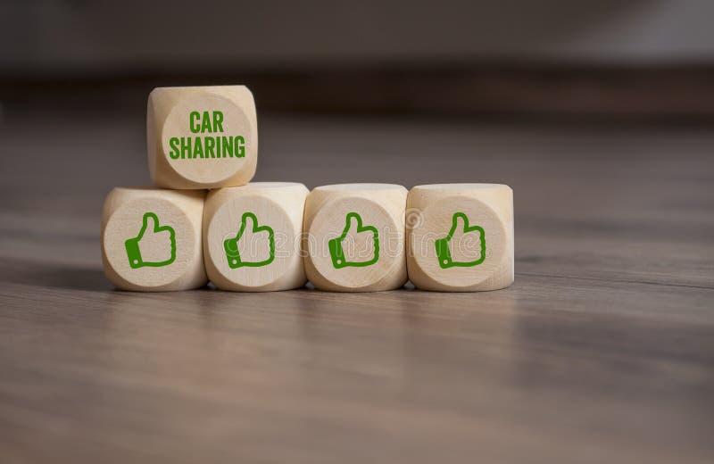 Cubi e dadi con i pollici su ed il car sharing immagini stock libere da diritti