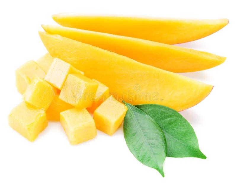 Cubi e fette del mango Isolato su una priorità bassa bianca fotografia stock