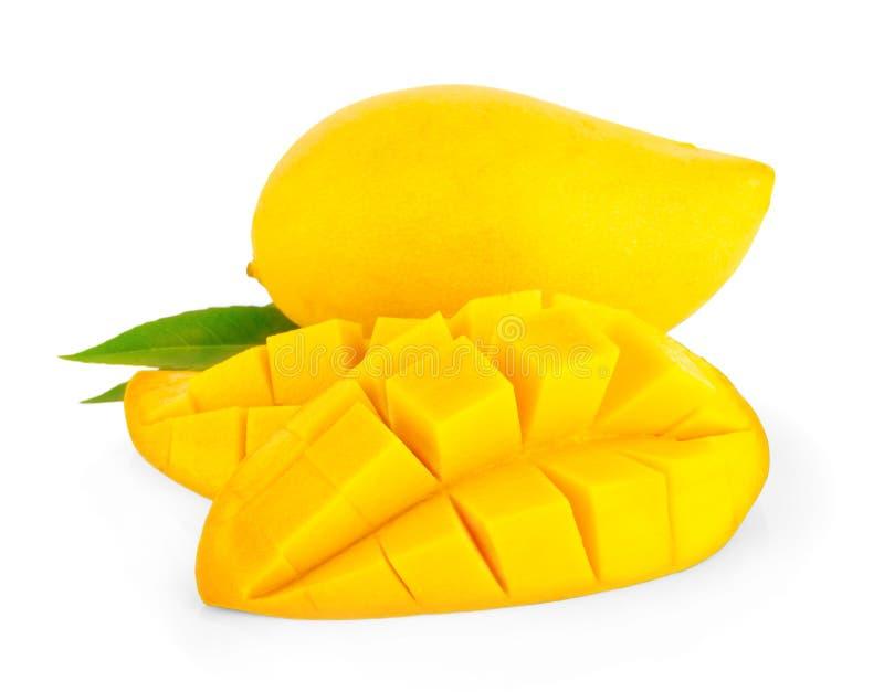 Cubi e fette del mango Isolato su una priorità bassa bianca fotografia stock libera da diritti