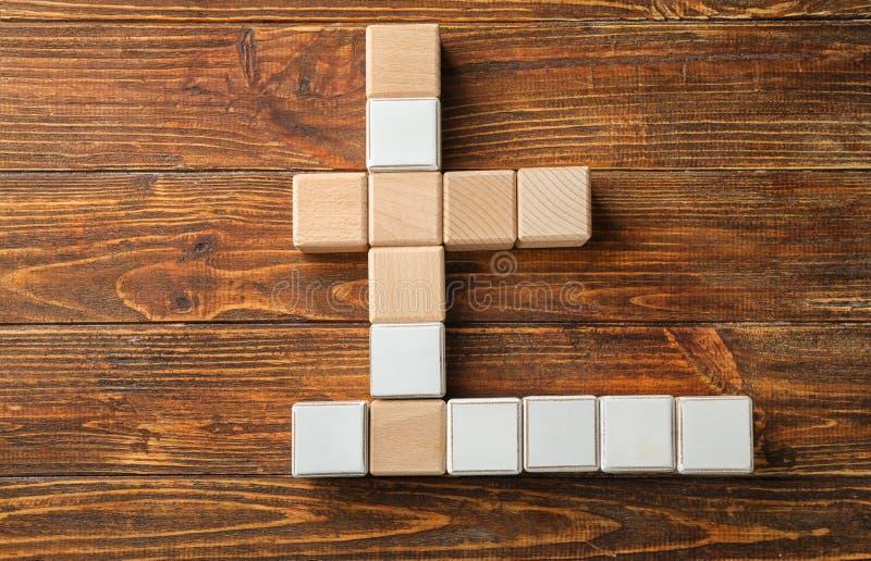 Cubi su fondo di legno immagine stock
