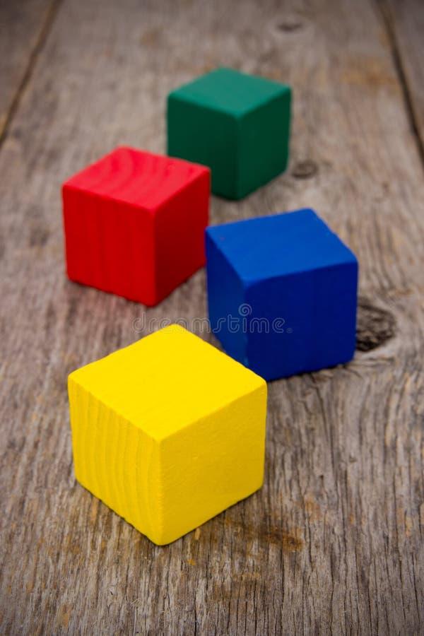 Cubi variopinti sul vecchio pavimento fotografie stock libere da diritti