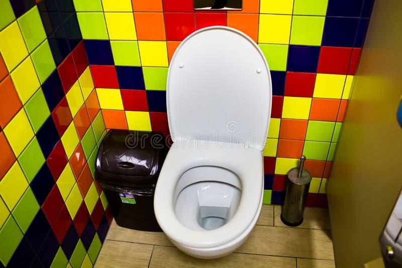 Cubicolo della toilette in caffè immagine stock libera da diritti