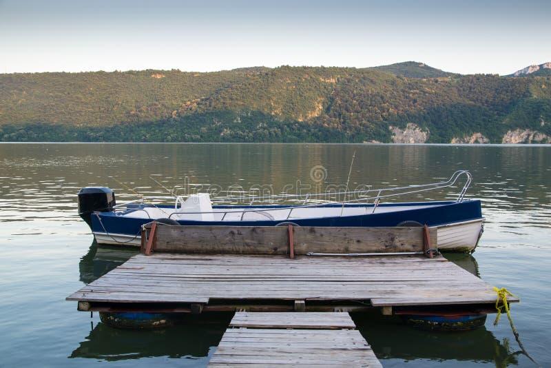 Download Cubierta Al Barco En Orilla Del Río Imagen de archivo - Imagen de outdoor, manía: 41909633