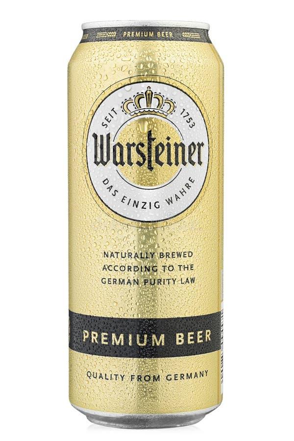 Cubierta de aluminio con fondo blanco La cerveza Warsteiner se prepara en el Parque Natural del Bosque de Arnsberg, a las afueras imagenes de archivo