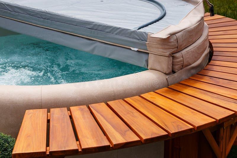 Cubierta de la tina caliente del balneario de la aguamarina fotografía de archivo libre de regalías