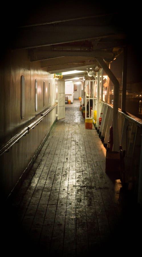 Cubierta de la travesía de la nave de Unmanage en la noche con el piso de madera sucio fotografía de archivo libre de regalías
