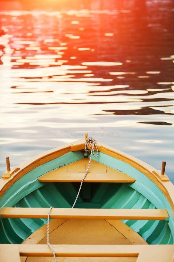 Cubierta de madera del arco del barco de madera Puesta del sol del mar, resplandor del sol fotografía de archivo