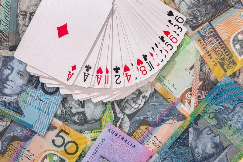 Cubierta de naipes en billetes de banco del dólar australiano imagen de archivo