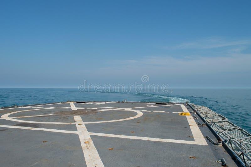 Cubierta de vuelo militar de la fragata para los helicópteros foto de archivo