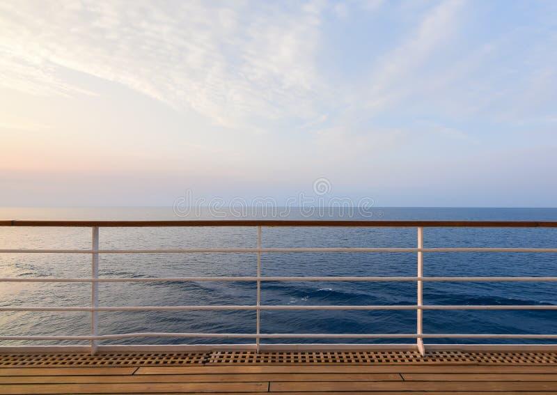 Cubierta del barco de cruceros con vista al mar foto de archivo