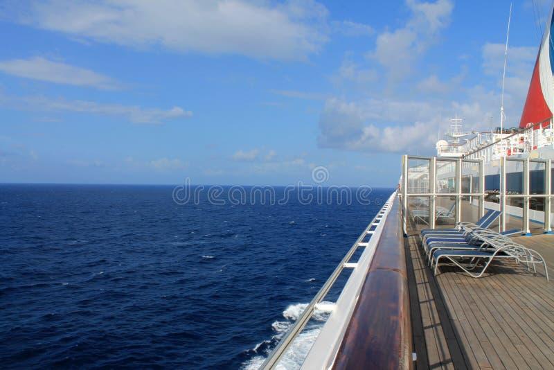 Cubierta del barco de cruceros en el mar imagen de archivo libre de regalías