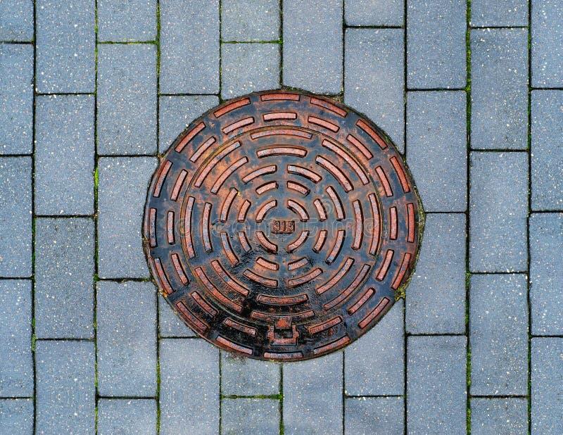 Cubierta del dren del metal en el pavimento imágenes de archivo libres de regalías