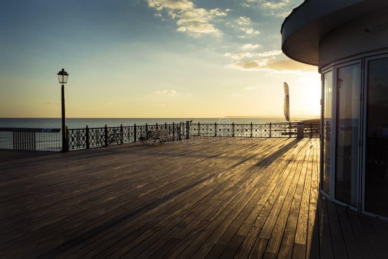 Cubierta del nuevo embarcadero de Hasting en sol de la última hora de la tarde foto de archivo