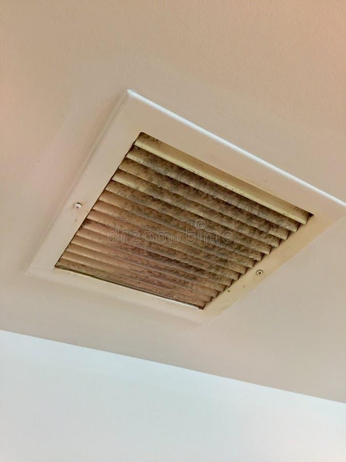 Cubierta del sistema de ventilación con polvo pesado fotografía de archivo